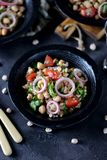 Sałatka chickpeas, quinoa, ryż, pomidor, czerwone cebule i arugula z, oliwa z oliwek i cytryna sokiem Zdjęcie Stock