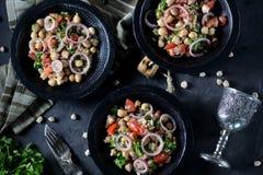 Sałatka chickpeas, quinoa, ryż, pomidor, czerwone cebule i arugula z, oliwa z oliwek i cytryna sokiem Zdjęcia Royalty Free