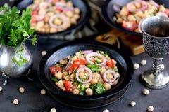 Sałatka chickpeas, quinoa, ryż, pomidor, czerwone cebule i arugula z, oliwa z oliwek i cytryna sokiem Obrazy Stock