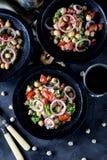Sałatka chickpeas, quinoa, ryż, pomidor, czerwone cebule i arugula z, oliwa z oliwek i cytryna sokiem Obraz Royalty Free