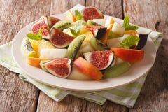 Sałatka dojrzała owoc: fig, brzoskwini, melonów, kiwi i pomarańcze clos, Obrazy Royalty Free