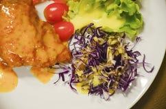 Sałatka i ryba smażący Fotografia Stock
