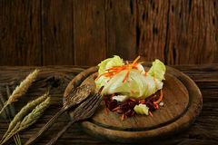 Sałatka na drewnianym talerzu z łyżka setem, Czysty jedzenie w jadalni dla zdrowie, diety jedzenie dla niektóre ludzi potrzebuje  zdjęcia stock