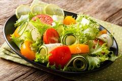 Sałatka od zucchini, pomidorów, sałaty z wapnem i pikantność dresów, Zdjęcie Stock