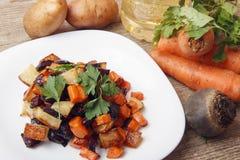 Sałatka piec beetroot, świeże marchewki i grule, Obrazy Royalty Free