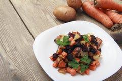 Sałatka piec beetroot, świeże marchewki i grule, zdjęcie stock
