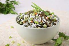 Sałatka ryż, laminaria, zieleni grochy i marchewka, zdjęcie royalty free