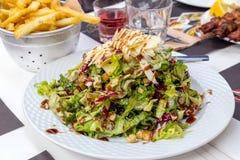 Sałatka sałata, ser i crouton, nalewał z kumberlandem na talerzu w górę zdjęcie stock