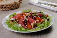 Sałatka sałata z owoc i dokrętkami Zdjęcie Royalty Free