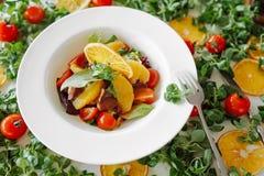 Sałatka w pomarańczach, pomidorach i bekonie, Zdjęcie Stock