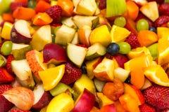 Sałatka z świeżych owoc i jagod tłem Puchar zdrowa świeża owocowa sałatka obrazy royalty free