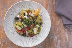 Sałatka z świeżych warzyw feta sera pomidoru pieprzu sałatki koźlimi oliwkami zdjęcia stock