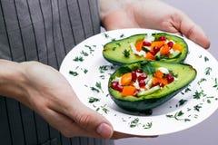 Sałatka z avocado, świeżymi warzywami, feta serem, garnets i tangerines, zdrowej diety lub jarosza jedzenie na bielu Obraz Stock