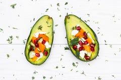 Sałatka z avocado, świeżymi warzywami, feta serem, garnets i tangerines, zdrowej diety lub jarosza jedzenie na bielu Zdjęcie Stock