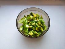 Sałatka z avocado i sezamowymi ziarnami, olej nalewa, na drewnianym Avocado sałatka w talerzu, jarski jedzenie, zielona żywienion fotografia royalty free