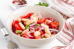 Sałatka z białymi fasolami, pomidory, czerwone cebule, zieleni kolendery, p zdjęcie royalty free