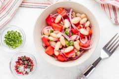 Sałatka z białymi fasolami, pomidory, czerwone cebule, zieleni kolendery, p obrazy stock