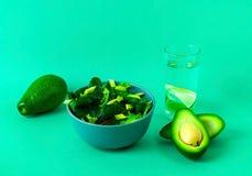 Sałatka z chard avocado na zielonym tle i liśćmi jest mógł karmowy domowej roboty kulebiak Pojęcie smakowity i zdrowy posiłek kos obraz stock