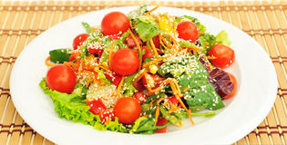 Sałatka z czereśniowymi pomidorami. Zdjęcie Stock