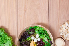 Sałatka z jajkami, kantalupem, chlebową dokrętką i zieleni warzywem w drewnianym talerzu, Fotografia Royalty Free