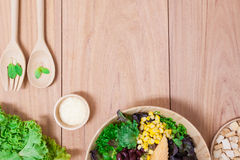 Sałatka z jajkami, kantalupem, chlebową dokrętką i zieleni warzywem w drewnianym talerzu, Fotografia Stock