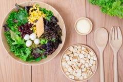 Sałatka z jajkami, kantalupem, chlebową dokrętką i zieleni warzywem w drewnianym talerzu, Zdjęcie Stock