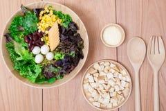 Sałatka z jajkami, kantalupem, chlebową dokrętką i zieleni warzywem w drewnianym talerzu, Obraz Royalty Free