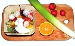 Sałatka z jajkiem, pomarańcze i rzodkwią, Fotografia Stock