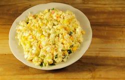 Sałatka z kijami, kukurudzą, ogórkiem, jajkami i ryż kraba, Fotografia Stock
