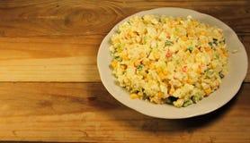 Sałatka z kijami, kukurudzą, ogórkiem, jajkami i ryż kraba, Obrazy Royalty Free