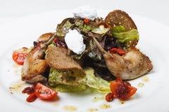 Sałatka z królika mięsem i feta serem na kurenda talerzu na whit obrazy stock