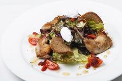 Sałatka z królika mięsem i feta serem na kurenda talerzu na whit fotografia stock