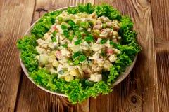 Sałatka z krabów kijami, słodką kukurudzą, ogórkiem, jajkami, ryż i majonezem, Zdjęcia Stock