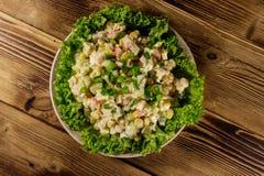 Sałatka z krabów kijami, słodką kukurudzą, ogórkiem, jajkami, ryż i majonezem, Zdjęcie Stock