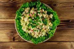 Sałatka z krabów kijami, słodką kukurudzą, ogórkiem, jajkami, ryż i majonezem, Obrazy Stock