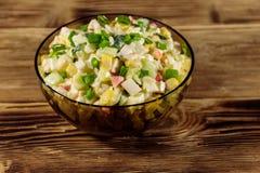 Sałatka z krabów kijami, słodką kukurudzą, ogórkiem, jajkami, ryż i majonezem, Obraz Royalty Free