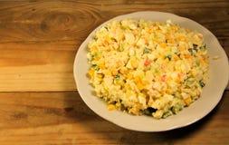 Sałatka z krabem wtyka słodkiej kukurudzy ogórkowych jajka i ryż Fotografia Stock