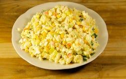 Sałatka z krabem wtyka słodkiej kukurudzy ogórkowych jajka i ryż Zdjęcie Stock