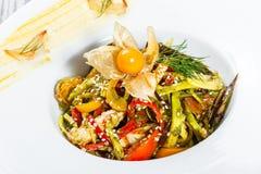 Sałatka z kurczak piersią, piec na grillu warzywa, oberżyna, słodki pieprz, pomidory, avocado i pęcherzyca na talerzu, Obrazy Stock