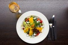 Sałatka z mangowym i koźlim serem Fotografia Royalty Free