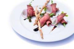 Sałatka z mięsem, warzywami i crispbreads, zdjęcie royalty free