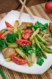 Sałatka z pieczarkami, avocado, kalafiorem, pomidorami i zieleniami, drewniany tło wieśniak Odgórny widok fotografia stock