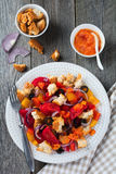 Sałatka z pieprzami, pomidorami, cebulami, oliwkami i croutons z sousomna starym drewnianym tłem, Obrazy Royalty Free