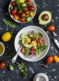 Sałatka z pomidorami i avocado na ciemnym tle obraz royalty free