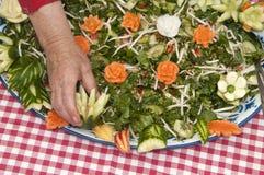 Sałatka z rzeźbiącymi warzywami na nim Obrazy Royalty Free