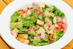 Sałatka z serem, baleronem i świeżymi warzywami, Fotografia Royalty Free