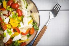 Sałatka z serowymi i świeżymi warzywami Zdjęcie Royalty Free