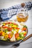 Sałatka z serowymi i świeżymi warzywami Obraz Stock