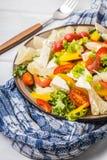 Sałatka z serowymi i świeżymi warzywami zdjęcia royalty free