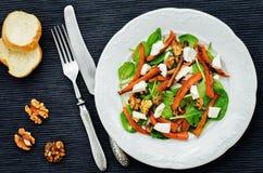 Sałatka z szpinakiem, mozzarellą, orzechami włoskimi i karmelizować marchewkami, Obrazy Royalty Free